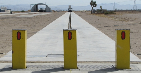 Electric retractable bollard